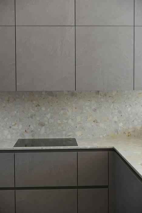 Noblessan keittiö, Mielen kodinkoneet ja Tulikiven kompositti Calcatta Arni Terrazzo saavat yhdessä aikaan ajattoman ja tyylikkään vaikutelman. Terrazzo on yhdistelmä marmoria ja hartsia. Se kestää hyvin kulutusta ja kosteutta. CLT-paritalo Veljesteco.