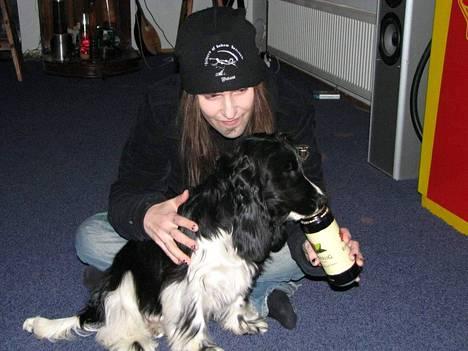 Laiho oli hyvin eläinrakas. Kuvassa hän on Laamasen koiran kanssa vuonna 2012.