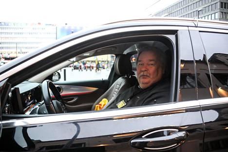 Kari Viljanen sanoo, että kaikkien taksiautoilijoiden tulot ovat pienentyneet, kun kakku on sama mutta jakajia paljon enemmän.