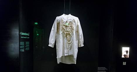 Eugen Schauman oli sortovuosien aktivisti, joka murhasi Suomen kenraalikuvernöörin Nikolai Bobrikovin 1904. Ammuttuaan Bobrikovia hän surmasi itsensä painamalla piipun rintaansa ja vetämällä liipaisinta kahdesti. Kuvassa on Schaumanin verentahrima paita.
