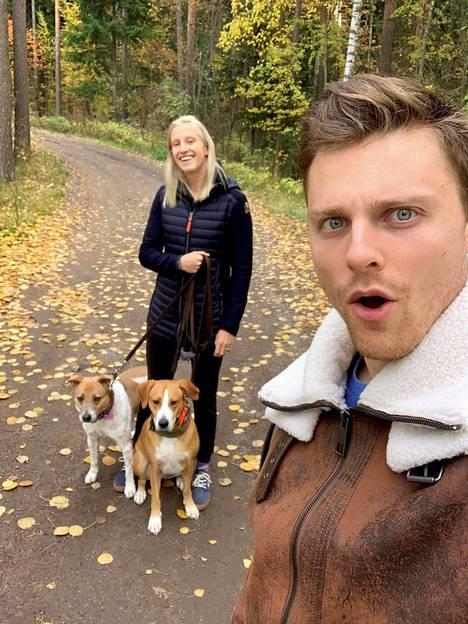 Trevor Mingoia vaimonsa Ellen ja koiriensa Lunan ja Rubyn kanssa lenkkeilemässä.