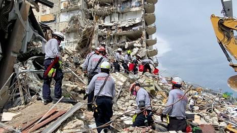 Pelastajia romahduspaikalla.