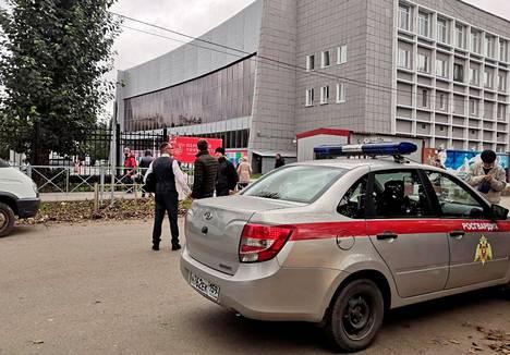 Nuori mies tunkeutui maanantaina Permin valtiollisen yliopiston tiloihin Venäjällä ja ryhtyi ampumaan.