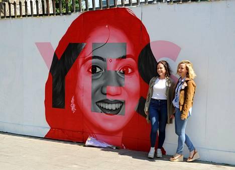 Raskauden aiheuttamiin komplikaatioihin Iralnnissa kuolleen Savita Halappanavarin kasvot koristavat Dublinissa sijaitsevaa muraalia. Intialaisnaisen kasvot ovat olleet myös aborttilainsäädännön höllentämistä kannattavan yes-kampanjan kasvot.