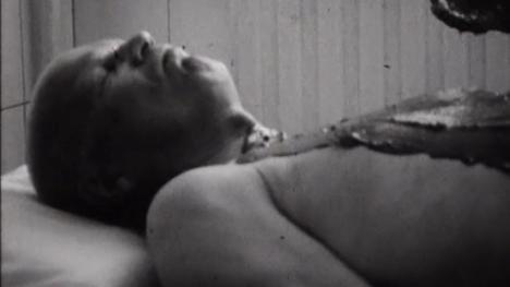 Harvinaisella videolla näkyy, kuinka Urho Kekkonen käy savikylvyssä.