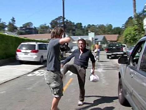 Huonoista hermoista tunnettu Sean Penn kengitti paparazzia Los Angelesin Brentwoodissa.