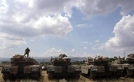 Israelin armeijan joukot tankkien päällä Golanin kukkuloilla lähellä Syyrian rajaa.