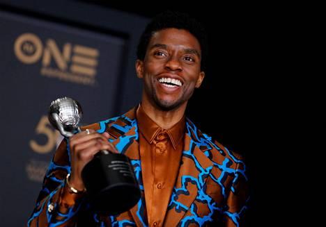 Boseman palkittiin uransa aikana useilla tunnustuksilla. Kuvassa hän poseeraa viime vuonna Motion Picture -palkinnon kanssa.