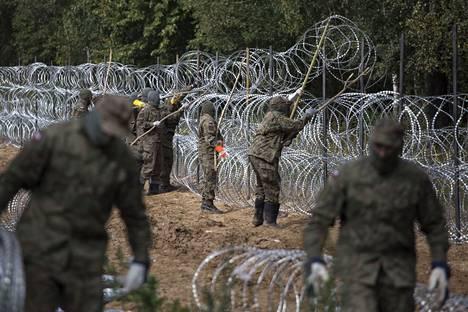 Puolassa kasattiin esteitä Valko-Venäjän rajalle.