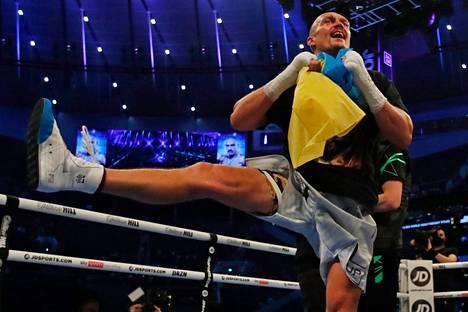 Oleksandr Usyk laittoi tanssiksi vakuuttavan voittonsa jälkeen.