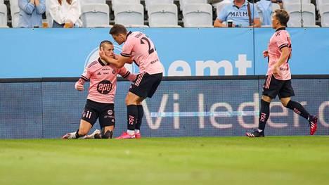 HJK:n pelaajat juhlivat maalia Malmön verkkoon reilut kaksi viikkoa sitten. HJK hävisi otteluparin Ruotsin suurseuralle niukasti.