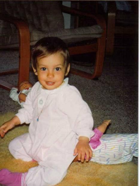 Dakota syntyi Sveitsissä ja kasvoi Lahdessa. Kasvatuksesta paljon vastuuta ottivat isovanhemmat.