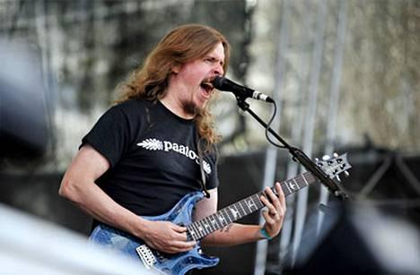 Ruotsalaisen Opeth-yhtyeen laulaja-kitaristi Mikael Åkerfeldt esiintymässä Turun Ruisrockissa heinäkuussa.