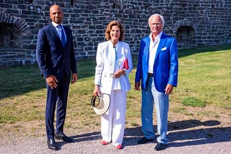 Kuningas Kaarle Kustaa ja kuningatar Silvia Borgholmin linnan edustalla Stephen Rimerin kanssa.