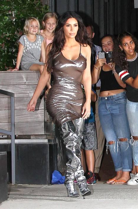 Kimin läpikuultava mekko ei jättänyt paljoakaan arvailujen varaan.