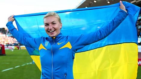 Vera Rebrik pukee jatkossa Venäjän edustusasun ylleen. Vielä Helsingissä 2012 hän tuuletti kultamitalia Ukrainan väreissä.