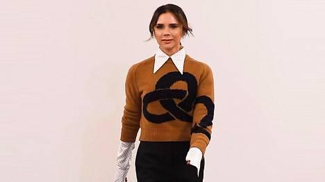 Victoria Beckham edusti tässä lookissa oman muotimerkkinsä näytöksessä Lontoossa.