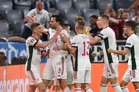 """Unkari oli """"kuolemanlohkon"""" yllättäjä. Se vei tasapeli pisteen niin Saksalta kuin Ranskaltakin. Maan kannalta murheellisesti hienot esitykset eivät riittäneet jatkopaikkaan. Kuvassa juhlitaan Adam Szalain maalia keskiviikon Saksa-tasapelissä."""