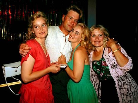 Sinä vain -kappaleen myötä vuonna 1995 Tauskin suosio kasvoi merkittävästi ja naisfaneja alkoi ilmaantua Tauskin kainaloon.