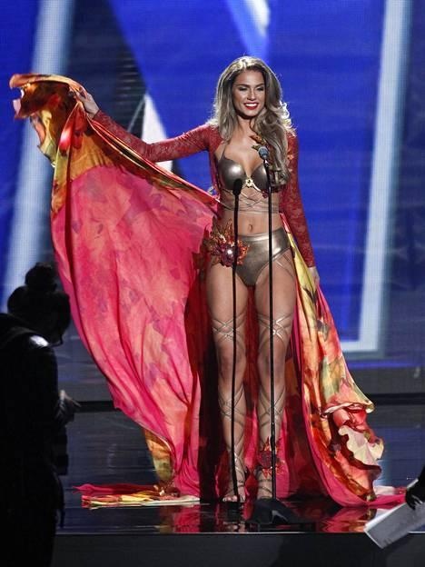 2015 Rosa-Maria Ryyti edusti Suomea seksikkäässä asussa, joka toi mieleen Victoria's Secretin alusvaatenäytöksissä nähtävät luomukset.