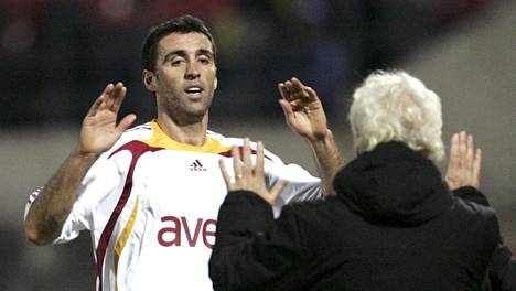 Hakan Sükür tuulettaa maalia vuonna 2007. Nyt Turkin kansallissankari on maanpaossa USA:ssa.