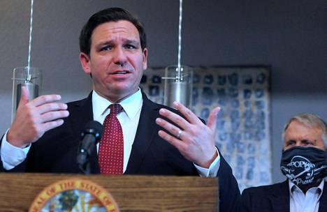Floridan kuvernööri Ron DeSantis on saanut kritiikkiä siitä, että osavaltion rajoitustoimia purettiin nopeasti.