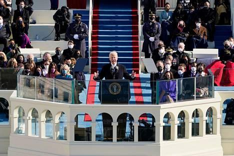 Virkavalan vannomisen jälkeen Biden piti puheen. Tuore presidentti korosti edessä olevia haasteita, etenkin sitä tärkeintä ja vaikeinta: Yhdysvaltain kansan yhdistämistä.