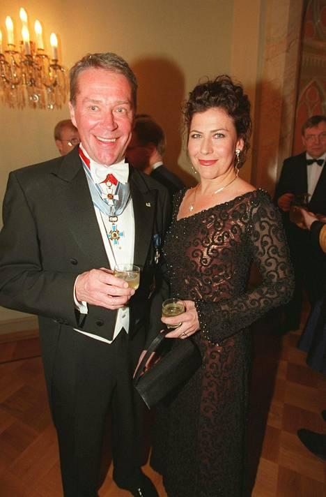 Ahteet ovat Linnan todellisia konkareita. Kuvassa pariskunta itsenäisyyspäivän juhlahumussa vuonna 2000.