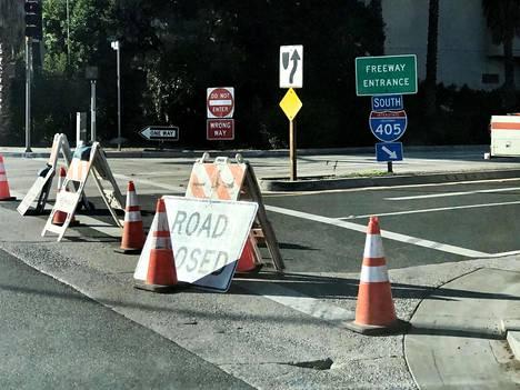 Monet tiet on suljettu tulipalojen vuoksi Los Angelesissa.