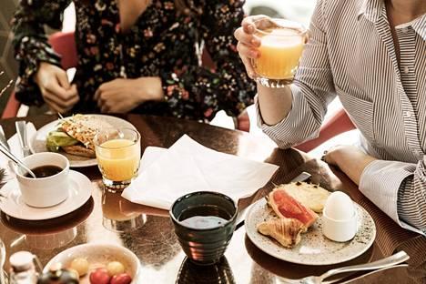 Kahvia ja appelsiinimehua – klassinen aamupalakaksikko.