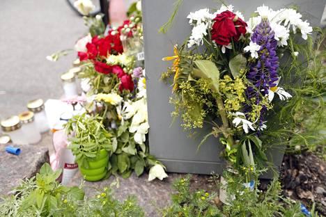 Hautakynttilät ja kukkakimput koristavat Kapteeninkadun varressa.
