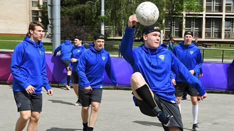 Kaapo Kakon (etualalla) ja muiden Leijonien jalkapallotaidot olivat koetuksella.