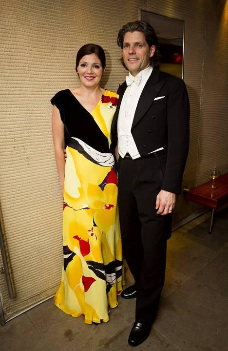 Sarin suosikki hänen kaikista Linnan juhlien puvuistaan on edesmenneen luottosuunnittelijan Kirsti Kasnion käsialaa oleva art deco -henkinen keltasävyinen luomus. Kasnio oli tuonut puvun kankaan Aasiasta.
