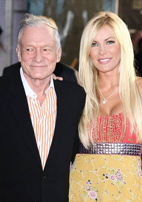 Hugh ja Crystal Hefner tapasivat Playboy-kartanon halloween-juhlissa vuonna 2009. Mies kosi reilusti nuorempaa tyttöystäväänsä jouluaattona 2010 ja häitä oli tarkoitus juhlia kesällä 2011. Crystal muutti kuitenkin mielensä vain viisi päivää ennen häitä. Pari pääsi lopulta vihille vuonna 2012.