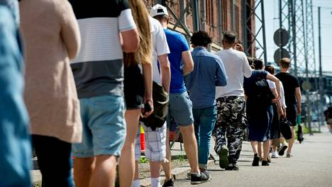 30–34-vuotiaat helsinkiläiset lähtivät innokkaasti liikkeelle, kun heidän ikäryhmänsä koronarokotukset alkoivat maanantaina.