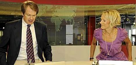 Peter Nyman on tutustunut kuluneen viikon aikana uuteen työpestiinsä. Kollega Maija Lehmusvirta on opastanut häntä.