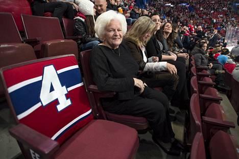 Canadiensin ensimmäinen nainen Élise Béliveau omalla paikallaan Centre Bellissä.