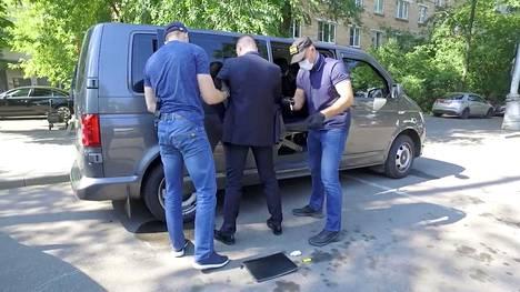 Ivan Safronov kuljetettiin pois mustalla pakettiautolla.
