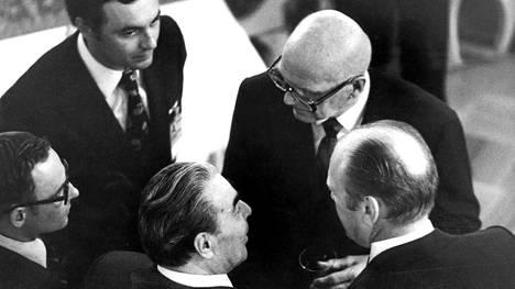 Kekkosen suursaavutus, ETYK-kokous Helsingissä, pidettiin kesällä 1975. Arkistokuvassa keskustelevat Kekkonen, Neuvostoliiton kommunistisen puolueen pääsihteeri Leonid Brezhnev ja Yhdysvaltojen presidentti Gerald Ford.