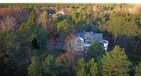 Boris Rotenberg hallinnoi kahden vanhimman lapsensa Romanin ja Boriksen kanssa Kiinteistö Oy Hangon Vita Villaa, jonka päärakennus on Tvärminnen tiilitehtaan entinen kartanomainen edustushuvila. Rotenberg osti huvilan 2004 ja remontoi sen isolla rahalla.