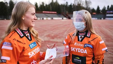 """Jyväskylän Kirittärien Eeva Mäki-Maukola (vas.) ja Jutta Myllyniemi testasivat uudet hybridikasvosuojukset ja totesivat ne hyviksi. """"Pysyy hyvin päässä ja tuntuu yllättävän mukavalta, mutta ei tällä ehkä pelaisi"""", Myllyniemi sanoi."""