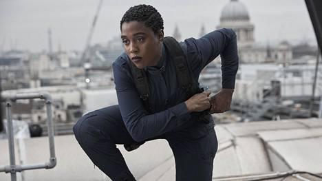 Uutta 00-agenttia, Nomia, näyttelevä Lashana Lynch käyttelee Nokia-puhelinta.