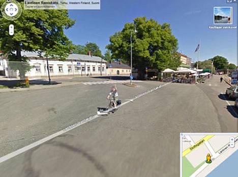 Tämä pyöräilijä tervehti kuvausautoa kansainvälisellä käsimerkillä Läntisellä Rantakadulla Turussa.