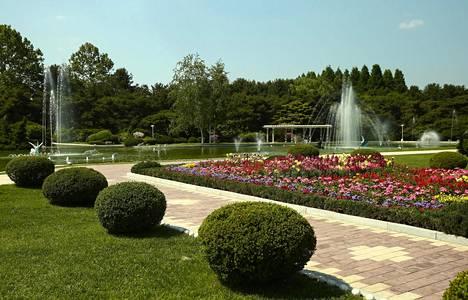 Palatsia ympäröivät kauniit kukkaistutukset ja useat suihkulähteet.