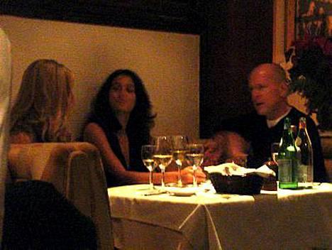 Bruce Willisin romanttiseen illalliseen kuuluu hyvää ruokaa sekä pari kaunista naista.