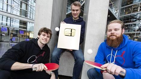 Miikka O'Connor (vas.), Emil Rantatulkkila ja Otto Tennilä pyörittävät 1,54 miljoonan tilaajan YouTube-kanavaa. Pongfinity-kanava keskittyy pingikseen.
