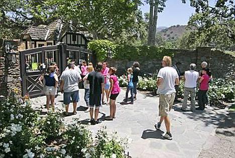 Fanit kerääntyivät kunnioittamaan Michael Jacksonia Neverlandin eteen Los Olivosiin Kaliforniaan.