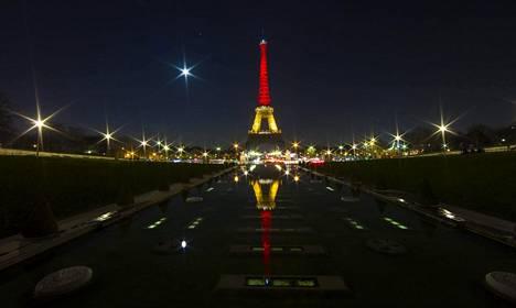 Pariisin tunnetuin maamerkki valaistiin tiistaina Belgian lipun väreihin.