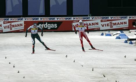 Ikimuistoinen hetki Sapporosta 2007. Hannu Manninen voittaa maailmanmestaruuden loppukiritaistelussa, jossa Norjan Magnus Moan jää kakkoseksi.