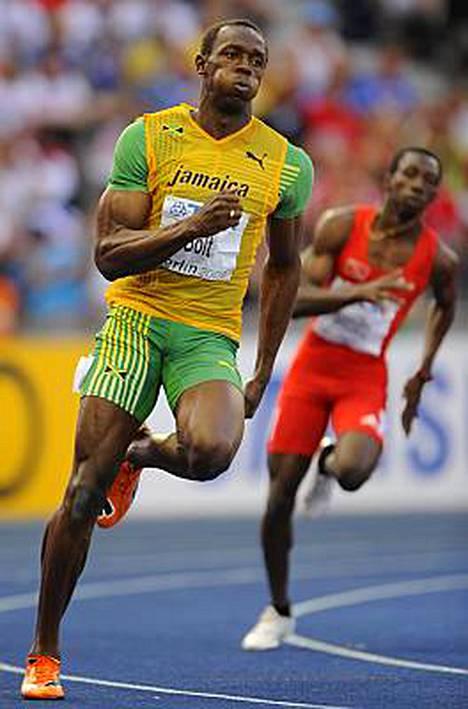 Usain Bolt hipsi 200 metrin välierässä kevyeen erävoittoon.